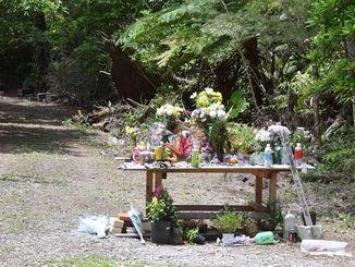 女性の遺体が遺棄された雑木林