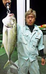 南原漁港で2・35キロのオニヒラアジを釣った外間章浩さん=8日