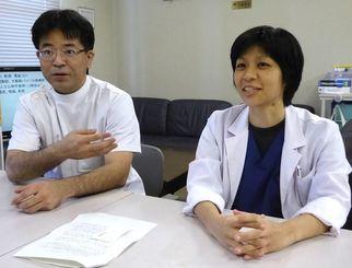 心臓血管外科専門医の資格を取得した仲榮眞盛保医師(左)と新垣涼子医師=20日、琉球大学医学部