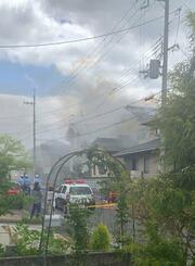 奈良県五條市の住宅火災現場から上がる煙=20日(近隣住民提供)