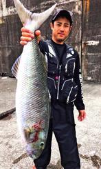 那覇一文字新堤で87センチ、6・95キロのオーマチを釣った チームzumizの国場俊さん=18日