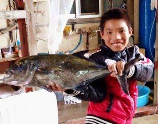 伊平屋沖で5キロのカスミアジを釣った西江喜希君=5月5日