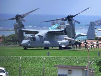 飛来したオスプレイに乗り込む陸軍兵=26日午後0時50分ごろ、読谷村・トリイ通信施設