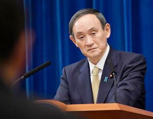 記者会見で質問を聞く菅首相=13日午後7時37分、首相官邸