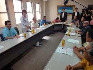 沖縄担当相の就任を報告し、県議と意見を交す島尻安伊子氏(左から2人目)=12日、自民党県連