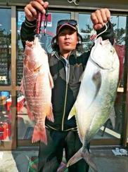 糸満釣り筏で69センチ、3.59キロのオニヒラアジを釣った上原満寿夫さん=11月14日