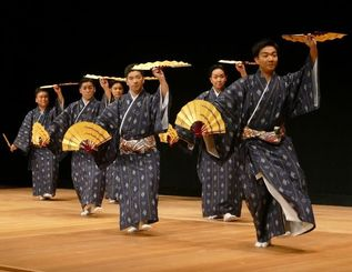 素踊りを舞う(左から)阿嘉修、玉城匠、大浜暢明、嘉数道彦左、上原崇弘=2017年4月