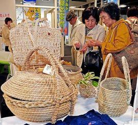 チガヤや芭蕉糸を使った籠バッグなどが並んだ即売コーナー