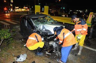 事故で大破した軽乗用車=14日午前0時47分、北中城村瑞慶覧の国道330号