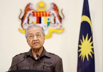 記者会見するマレーシアのマハティール首相=15日、クアラルンプール近郊(共同)