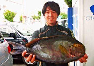 慶良間の磯で60センチ、2・73キロのトカジャーを釣った宇栄原光さん=4日
