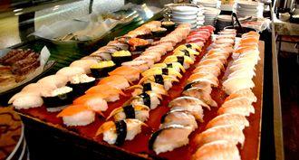人気の寿司は15種類ほどがゲタ上に並ぶ