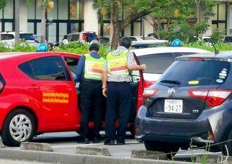 パトロール出発の準備をする「沖縄・地域安全パトロール隊」=6月30日午後6時40分ごろ、那覇市おもろまち