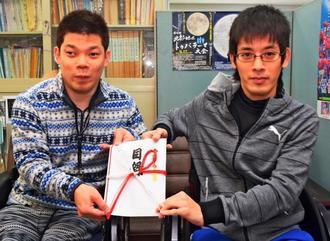 「困っている人に役立ててほしい」と話す伊藤善是さん(左)と松田吹雪さん=日、沖縄タイムス北部支社