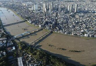 台風19号の影響で水位が上がった多摩川。=2019年10月、手前は東京都大田区、奥は川崎市中原区
