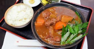 人気メニューの「牛汁」(900円)。脂身の少ない肉は箸でほぐれる柔らかさ