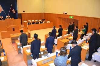 米軍ヘリの相次ぐ不時着に対し、抗議決議案と意見書案を全会一致で可決した沖縄市議会=14日午前10時25分