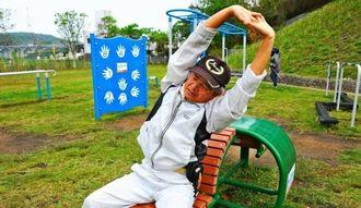 「背のばしベンチ」に腰掛け、ウオーキングの疲れをとる利用者=南風原町宮城の宮城公園