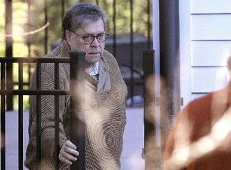 23日、米バージニア州の自宅を出るバー司法長官(ゲッティ=共同)