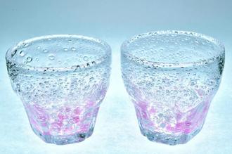 増田勉さんが「受験生頑張れ」との思いを込めて作った琉球ガラスのコップ