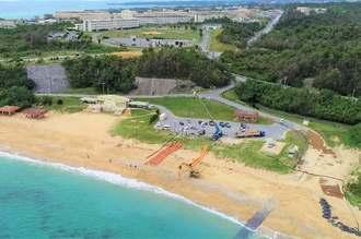 辺野古新基地建設が再開。砂浜には、海上に設置するフロートが準備された=1日午前10時23分、名護市・米軍キャンプ・シュワブ