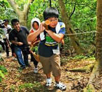 沖縄戦時の「飯上げ」を追体験 沖縄・南風原の児童、病院壕へ食糧運ぶ