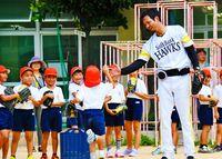 捕球や投げ方を伝授/新垣さん、泊小で野球教室