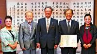 人間国宝認定は「県民の名誉」 翁長知事、比嘉聰さんに敬意