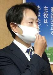 自民党に離党届を提出し、取材に応じる石崎徹衆院議員=22日午前、東京・永田町の党本部