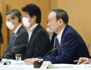 新型コロナウイルス感染症対策本部会合で、首都圏3県と大阪府に8月2日から緊急事態宣言を発令すると表明した菅首相(手前)=30日午後、首相官邸
