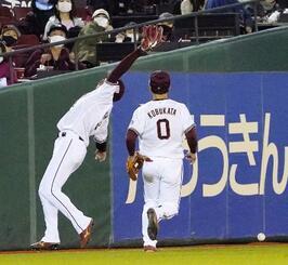 9回日本ハム2死一塁、中田の飛球を失策する楽天の左翼手小郷(左)。勝ち越しの生還を許す=楽天生命パーク