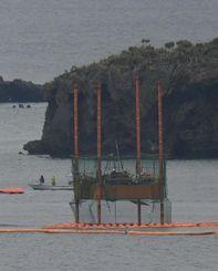 辺野古沖で再開された海底ボーリング調査=12日午前、名護市