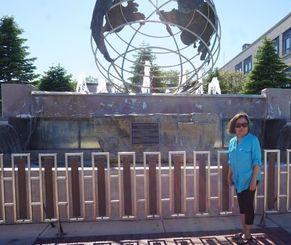 記念碑として市民から親しまれている石の前に立つ尚子さん=米ウィスコンシン州ケノーシャ市