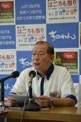 記者団の取材に応じる松川正則市長=6日午前8時40分ごろ、宜野湾市役所