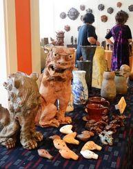 シーサーやオカリナ、食器など幅広い作品がそろった陶芸部展=北中城村喜舎場・あやかりの杜