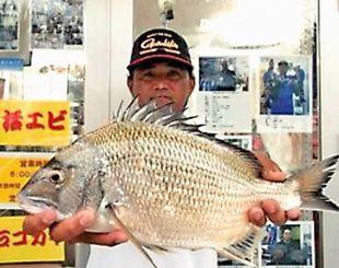 泡瀬漁港で46.2センチのチンシラーを釣った天願清隆さん=8日
