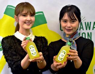 25日から沖縄の産業まつりで先行発売される泡盛ベースのリキュール「OKINAWA LEMON」=23日、県庁