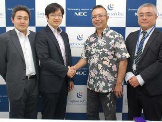 レキオスソフトの柴嵜代表(右から2人目)と握手するNECの久羽広明シニアマネージャー=那覇市内、レキオスソフト本社