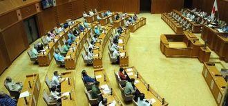 沖縄県議会で米軍MH60ヘリコプター墜落事故に関する意見書と抗議決議が全会一致で可決された=19日午前