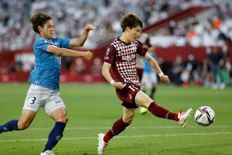 神戸―横浜FC 前半、チーム2点目のゴールを決める神戸・古橋(右)=ノエスタ