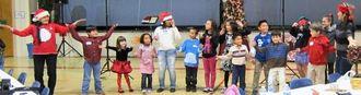 クリスマスの音楽でダンスを披露する会員とその子どもたち=アトランタ市、チェスナット・グローブ・バプテスト教会