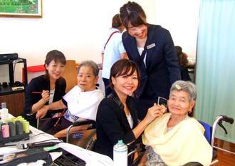 メークをしてもらい、うれしそうそうな表情の参加者=中城村添石・介護老人保健施設「信成苑」