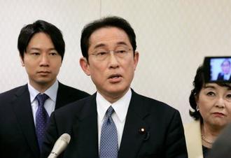 記者団の取材に応じる自民党の岸田政調会長=20日午後、徳島市