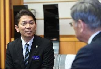 翁長雄志知事(右)と面談する松本哲治浦添市長=20日午後、県庁