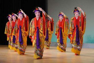 ゆったりとした動きに繊細な手踊りが観客を魅了した「天川」=18日午後、那覇市久茂地・タイムスホール(伊禮健撮影)