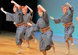 島袋流千尋会は「黒島口説」で躍動感あふれる踊りを披露した
