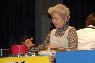 正月料理の作り方を実演する松本さん=7日、沖縄市民会館