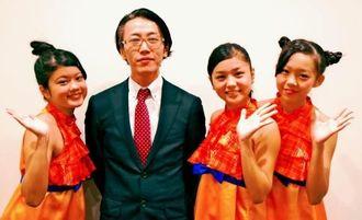 ダイコクドラッグ沖縄5号店オープンをPRする、中尾ブロック長(左から2人目)と、らぐぅんぶるぅ=沖縄タイムス社