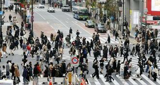 東京・渋谷で行き交うマスク姿の人たち=22日午後