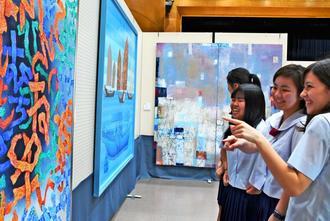 沖展選抜展の会場を訪れ、絵画を鑑賞する高校生=11日、うるま市生涯学習・文化振興センター「ゆらてく」